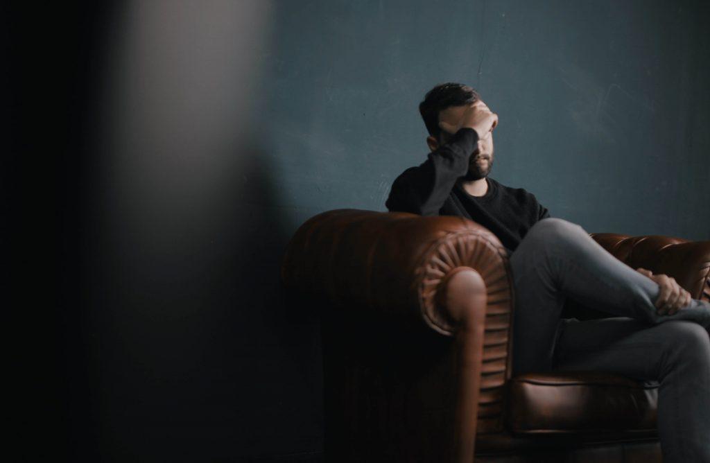 Mies kärsii päänsärystä, joka on tullut liiallisesta silmien rasituksesta