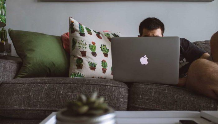 Työpöytä pieneen tilaan vai sohvalla makoilu?